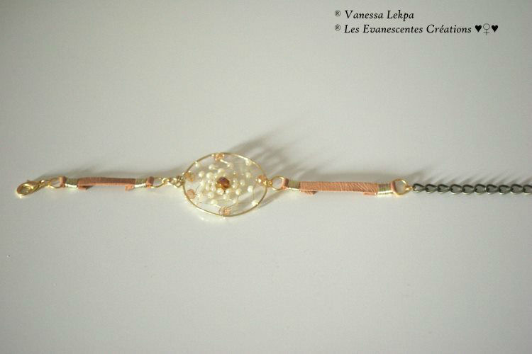 Bracelet attrape rêves en cuir véritable idéal pour un mariage bohème et original. (Modèle unique de créateur, déposé). De nombreux coloris sont disponible et des réalisations sur mesures sont possibles.