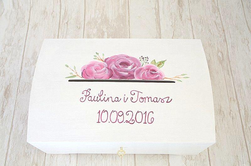 Biały kuferek na kartki ślubne, z motywem kwiatowym na wieczku.