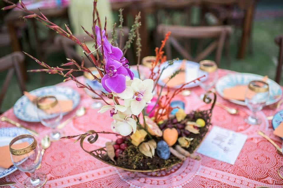 Casamento com inspiração na Polinésia. Cores vibrantes e estampas marcantes. Orquídeas misturadas com frutas.