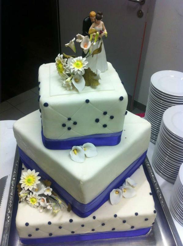 Beispiel: Individuelle Hochzeitstorte, Foto: Bar and more Eventcatering.