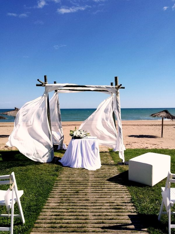 Altar en el mar, para una boda desenfadada pero muy cuidada.  http://lafloreria.net