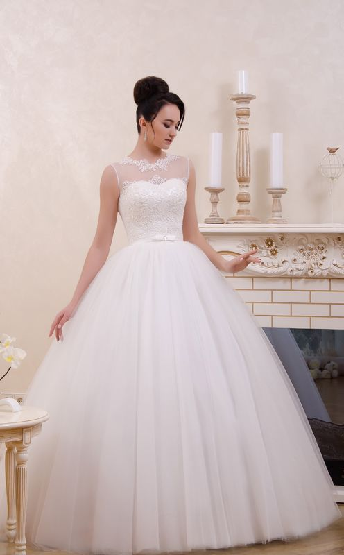 Robe de mariée en tulle et bustier coeur réhaussé de dentelle. Boutique Olghita de Pias Versailles