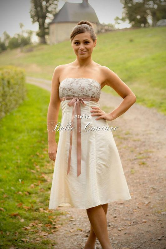 trägerloses schlichtes knielanges Brautkleid aus Taft mit Spitze und Satin