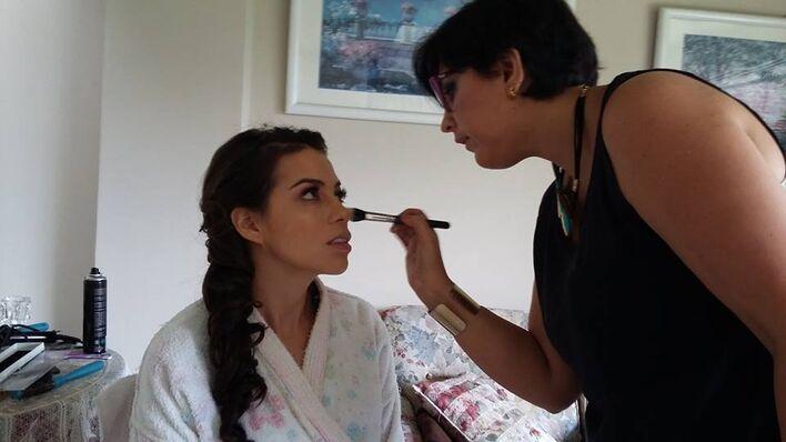 DIA DE LA BODA  Fer Maquillaje Profesional  Importante que la Novia, siempre luzca como una Novia de principio a FIN.  FER