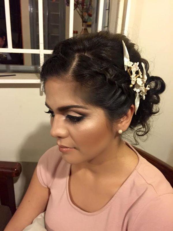 maquillaje para novia Milagros con iluminador en la piel