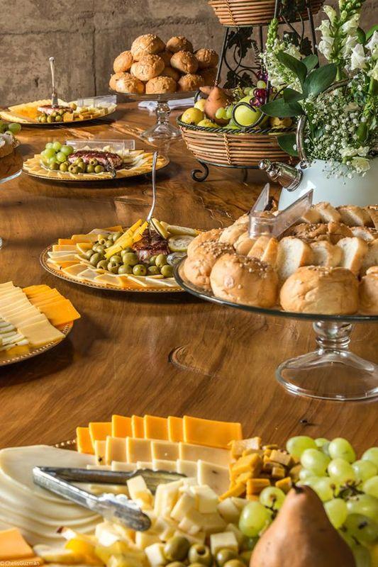 Mesa de quesos, pan y fruta