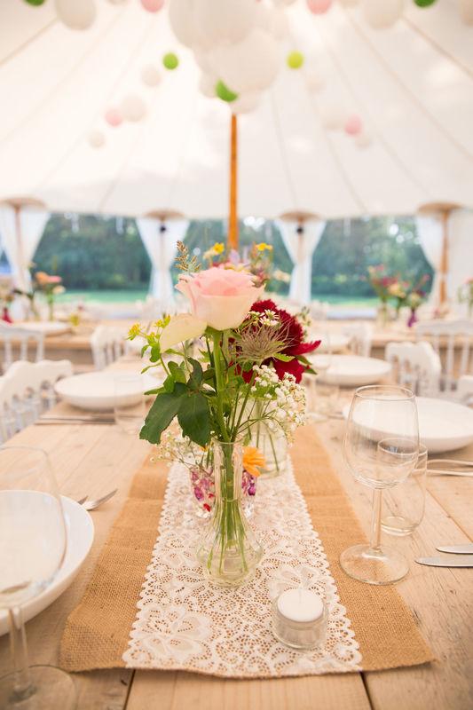 Bloemdecoratie in ivory tent