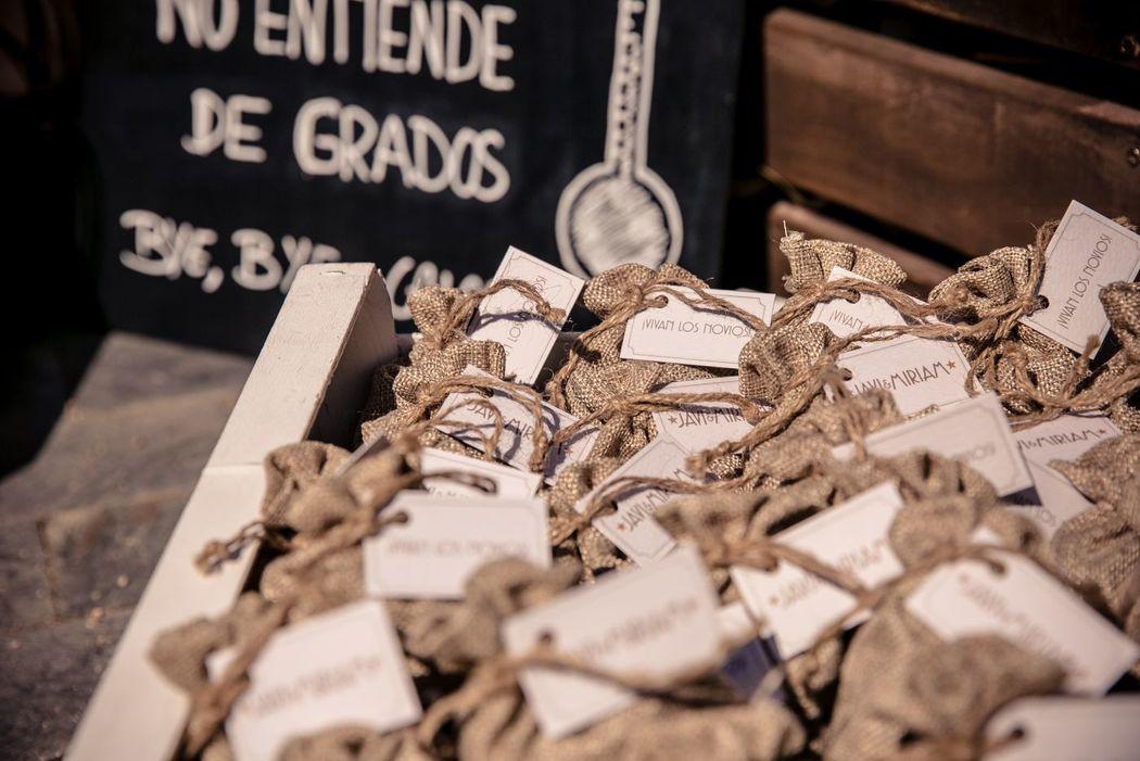 We Are. - Wedding planner. Detalle bolsitas de arroz personalizadas para ceremonia. Organización de boda.