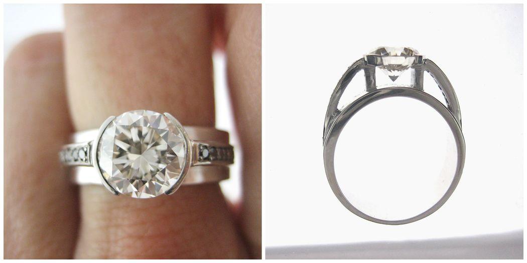 Un diseño tradicional con toque arquitectónico que pone en relieve la belleza del diamante central.