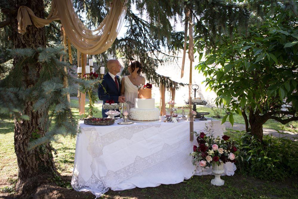 Taglio della torta in un suggestivo angolo del giardino interno
