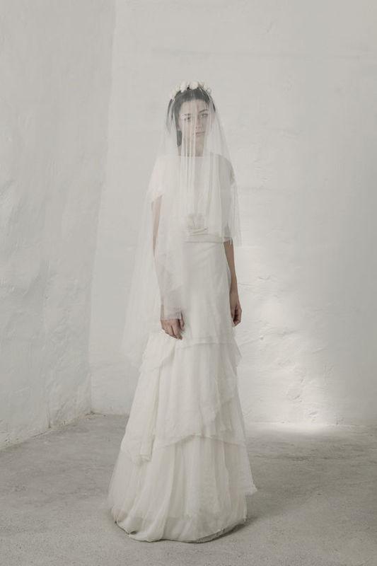 Heras Vestido de tul de seda con escote V en la espalda. La falda está compuesta por varias capas de tul de seda de diferentes largos. Se puede llevar con un forro para obtener un mayor volumen en la falda.