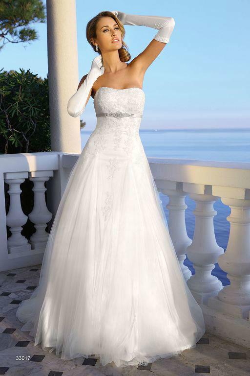Beispiel: Schlichtes, elegantes Brautkleid, Foto: Sanela Brautmoden.