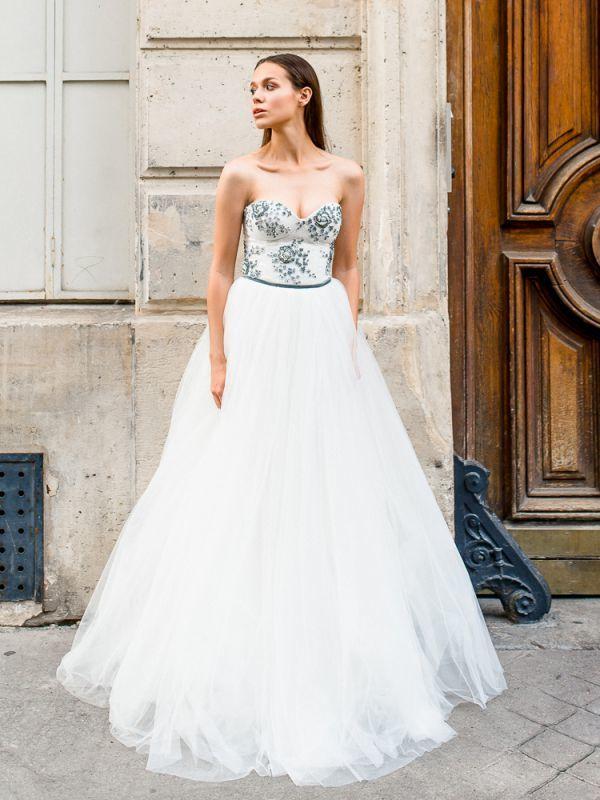 Великолепное свадебное платье-бюстье с богатой инкрустацией бисером, жемчугом и камнями