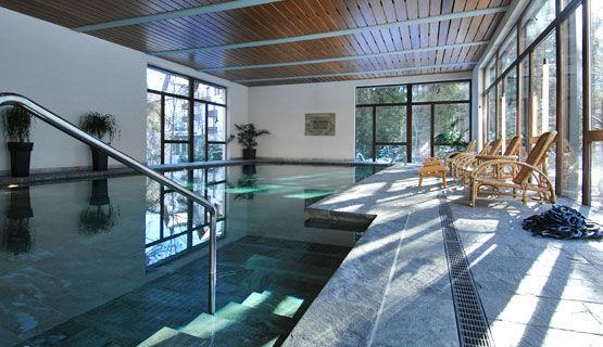 Beispiel: Schwimmbad, Foto: Schweizerhof Flims.