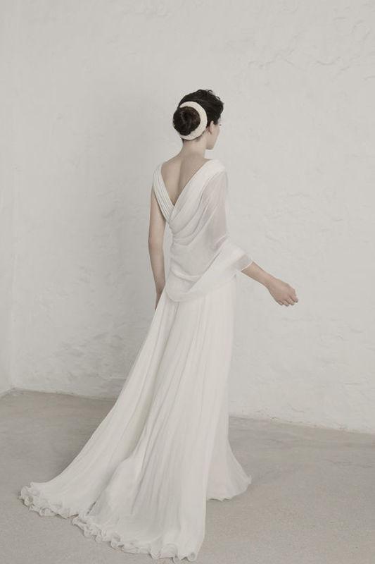 Victoria Vestido realizado en varias capas de bambula de seda. Doble escote en V en la parte delantera y detrás. El torso es drapeado y se lleva con una capelina asimetrica.