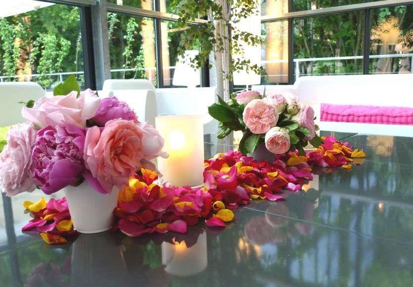 Good Moon - pétales de roses sur table