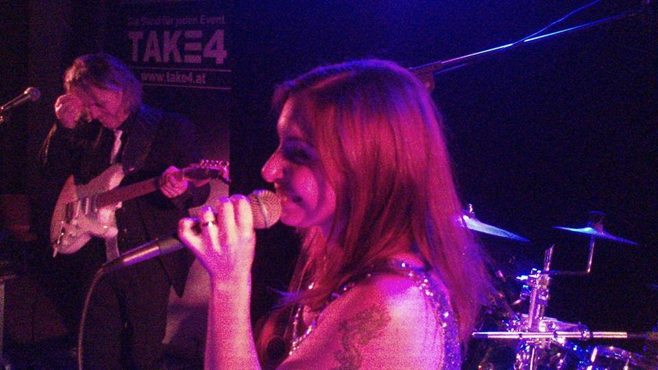 Beispiel: Sängerin Foto: Take 4 Die Band.