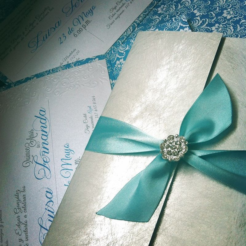 Tarjeta de boda con broche