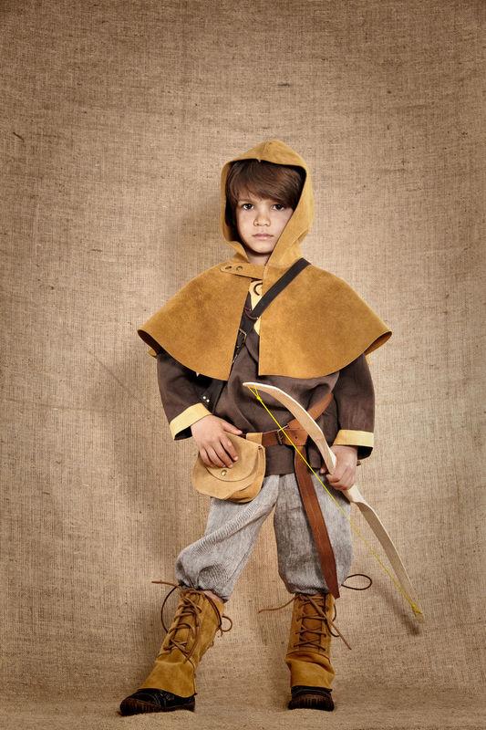 Costume de Robin l'archer médiéval comprenant la tunique - en lin 100% le pantalon - en lin 100% Les accessoires en cuir et en bois sont disponibles et vendus séparément  http://www.7etunelieues.com/fr/costumes-garcons/costume-de-robin-des-bois-archer-4-ans