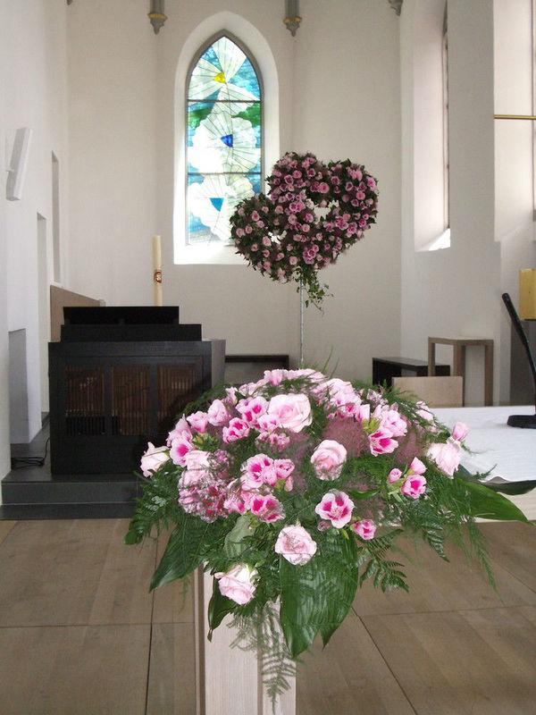 Beispiel: Kirchendekoration, Foto: Hotz Gärtnerei.
