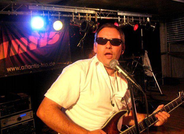 Beispiel: Gitarre, Foto: Atlantis - Die Partyband.