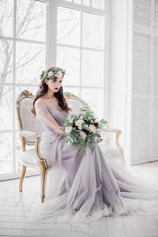 Свадебное платье Trudy выполненное из драпированного фатина пыльно-серого оттенка красиво подчеркнет фигуру любой невесты. Открытое в плечах, слегка приталенное нежной драпированной тканью модель выглядит романтично, изысканно и элегантно. Нежный оригинальный пыльно-серый оттенок свадебного платья придает всей модели очарование и изысканности. Воздушное красивое платье в романтическом стиле с поясом из бусинок в области талии создано для утонченных и романтических невест.