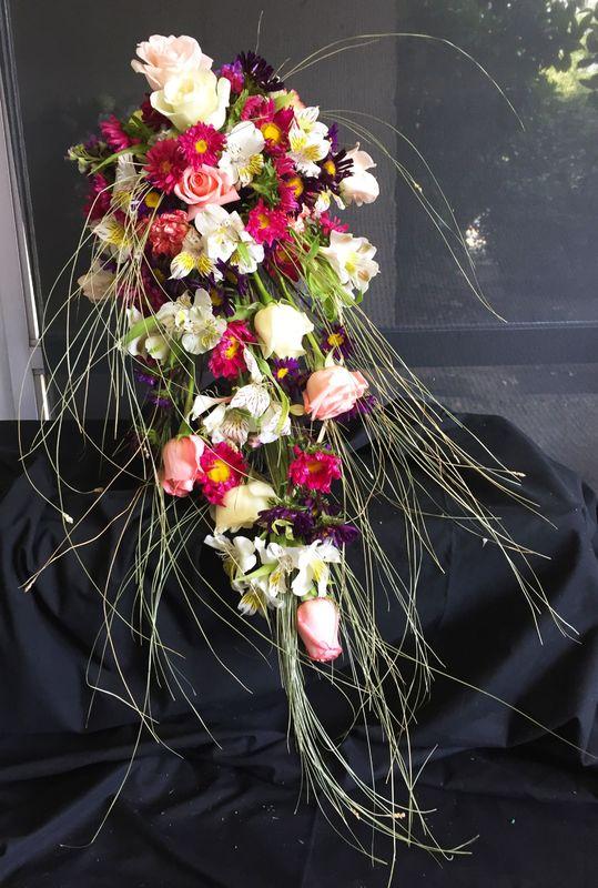 Un ramo cascada de novia que combina perfecto lo clásico y rústico.