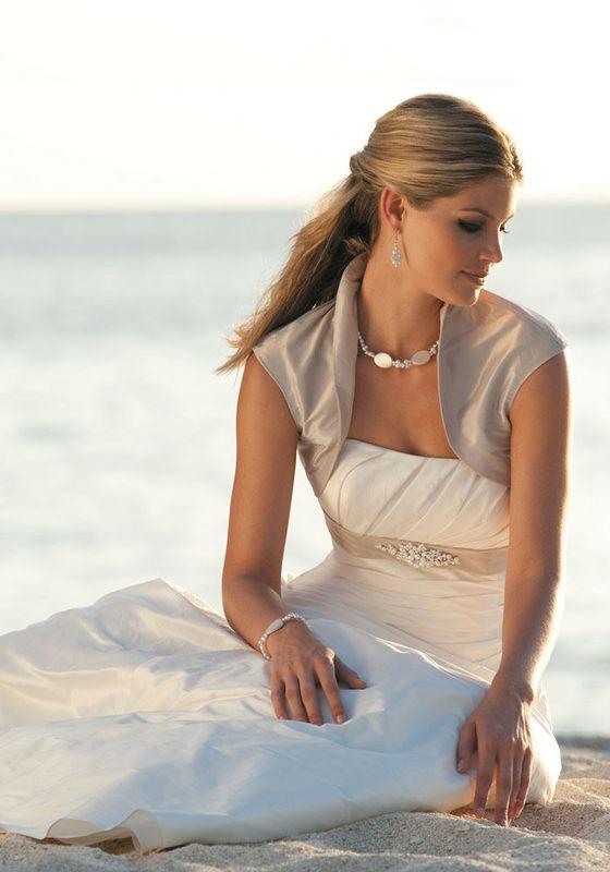 Beispiel: Wunderschöne Hochzeitskleider, Foto: Tessa & Thomi.