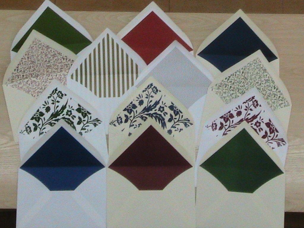 SOBRES FORRADOS Hay diferentes opciones: sobres con forro liso (azul, verde, gris, rojo, burdeos ...) y con forro estampado a medida del cliente (rayas, plumetti, cenefas, imágenes ...)