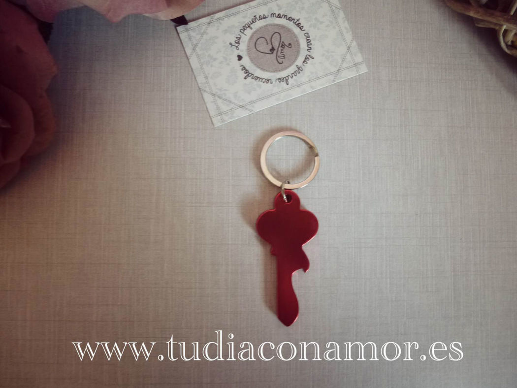 Detalle de boda llavero abre chapas con forma de llave. Detalles por menos de 1 euro