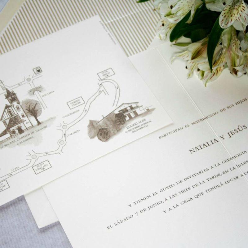 Conjunto de Invitación y sobre con forro a rayas y con plano en tonos tierra.