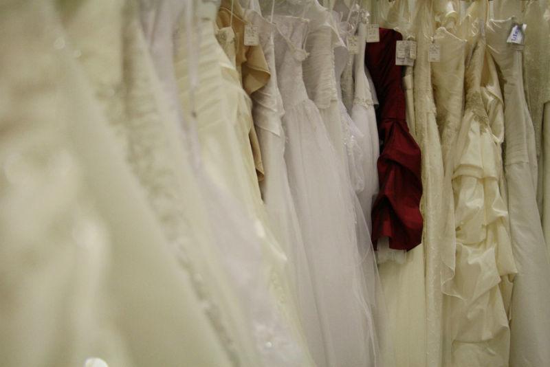 Beispiel: Umfangreiches Sortiment an Brautkleidern, Foto: K. For Bride.