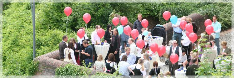 Beispiel: Terrasse - Hochzeitsgesellschaft, Foto: Altstadt-Hotel Zieglerbräu.