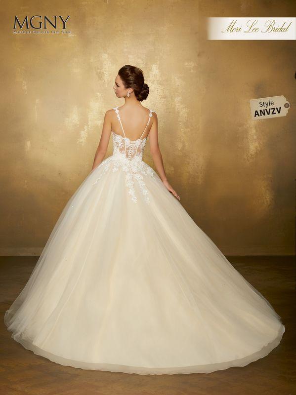 Style ANVZV Orabelle  Crystal and diamanté beaded lace appliqués on a tulle ball gown with appliquéd shoulder straps Estilo Anvzv