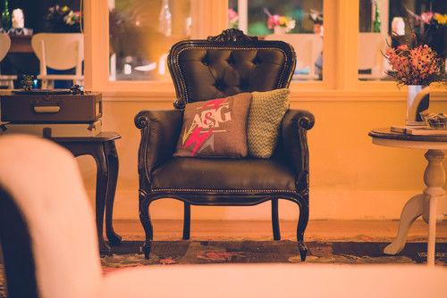 A poltrona clássica elisabetana ganhou uma almofada com a logo do casamento