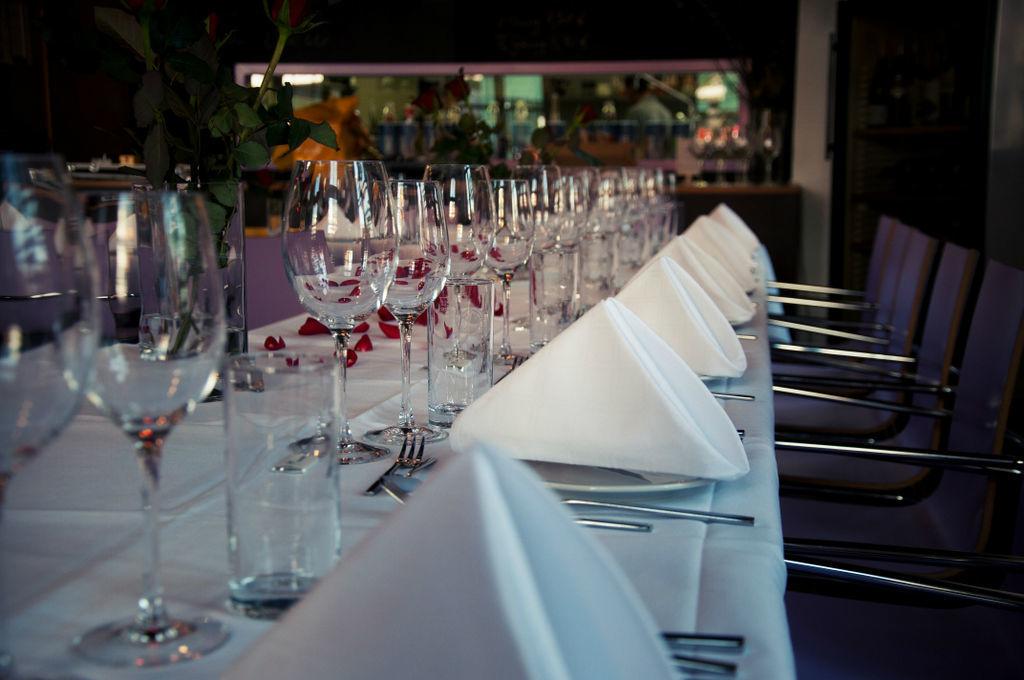 Beispiel: Eingedeckte Hochzeitstafel, Foto: Marx Restauration.