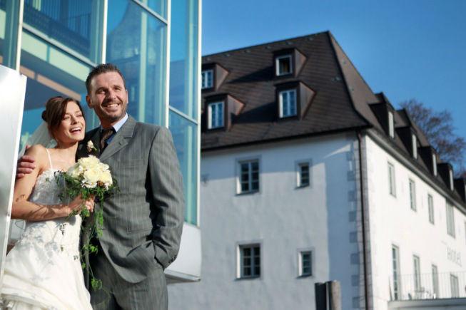 Beispiel: Glückliches Brautpaar, Foto: Schlosshotel Eisenstrasse.