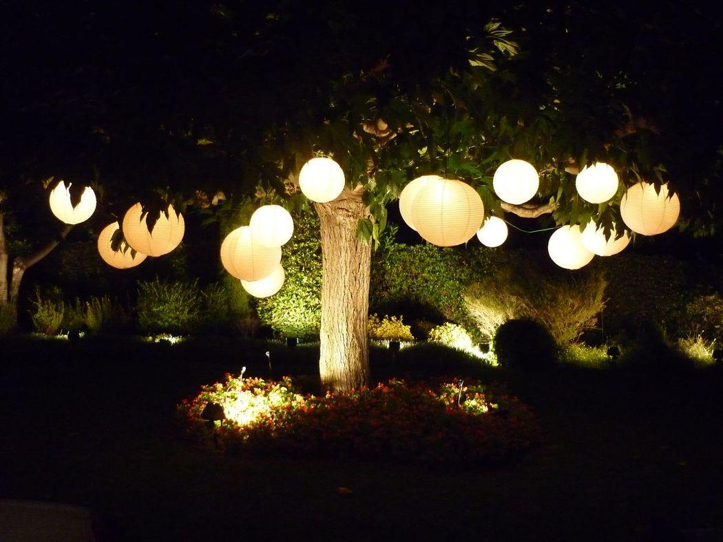 Ambientación nocturna, en una boda de jardín.  http://lafloreria.net