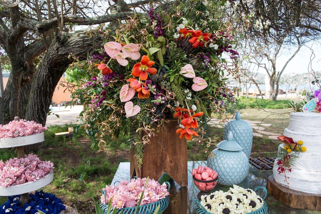 Detalhe do arranjo floral da mesa de doces