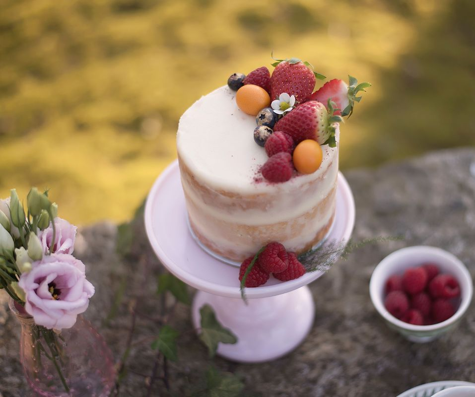 Bolo de limão com compota de morango -  decorado com frutos bioilógicos  Foto: Pedaços de Luz Fotografia
