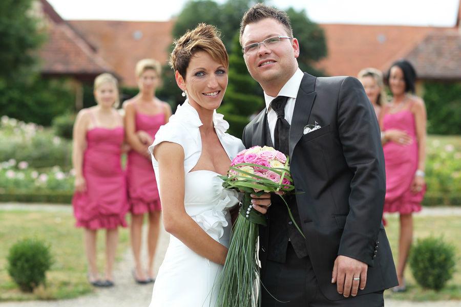 Beispiel: Brautpaar mit Brautstrauß, Foto: Blumen Bachmann.