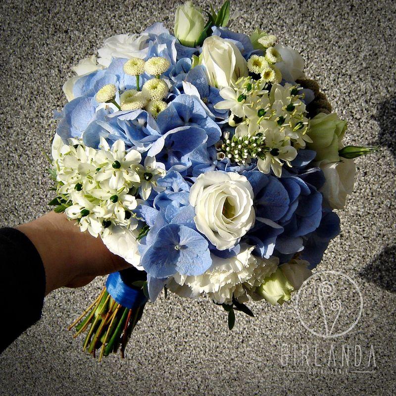 Bukiet ślubny z niebieską hortensją.