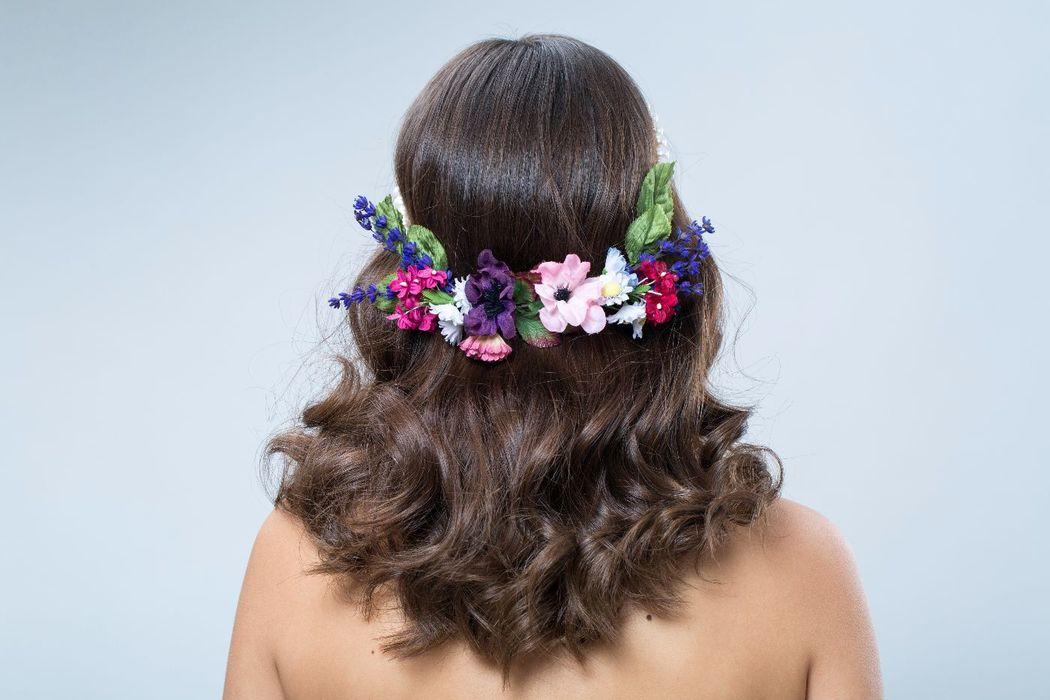 Tocado de novia con flores de tela y con tira de perlas naturales.
