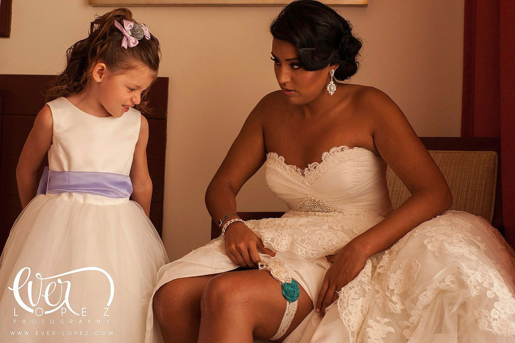 Fotos de la novia durante su arreglo, vestido de novia con Liga.  Fotografia de boda por fotografo profesional de bodas Ever Lopez