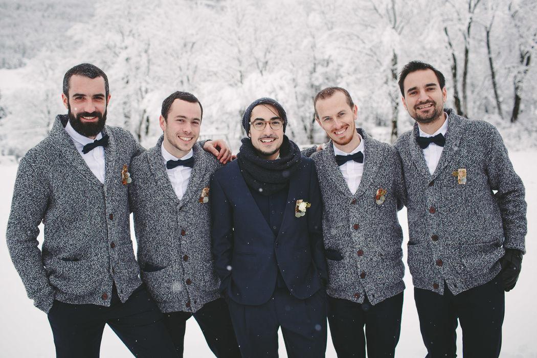 Le Marié (au centre) costume 2 pièces bleu moyen, gilet, pantalon et nœud pap' (des témoins) assorti au gilet du marié. Réalisation : Sur Mon 31