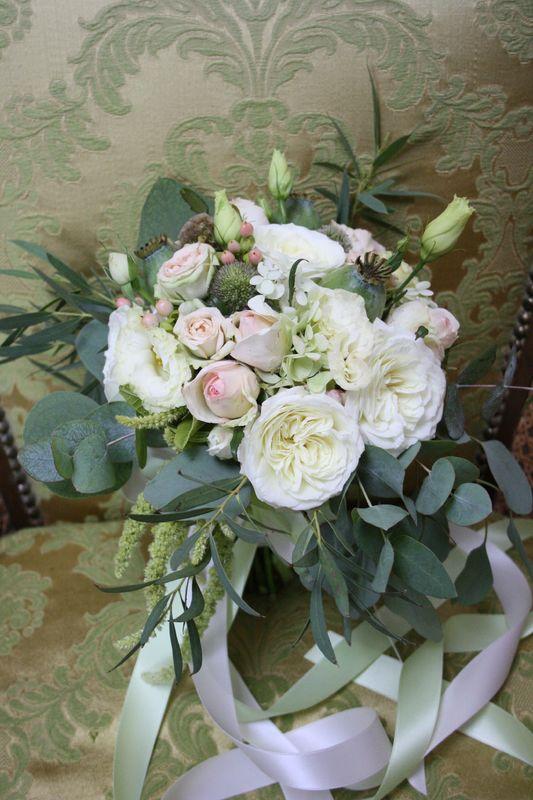Brautstrauß in Grün-Weiß mit einem Touch Pastell & wunderschönen englischen Freilandrosen.... Foto: Calla Décoration