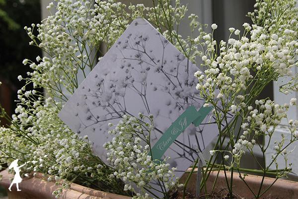 Collection Gypsophile : Un mariage sans gypsophile? Pas possible! Cette fleur délicate a pour symbolique le bonheur. Pourquoi alors ne pas jouer les cartes de l'harmonie et l'élégance en la mettant à l'honneur sur sa papeterie de mariage.  Un faire-part chic et original!