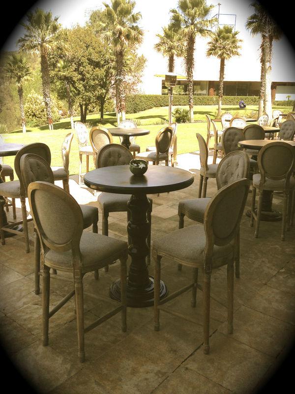 Periquete Redonda con acabado en Laca Negra en conjunto con Banco periquito Maria Antonieta.