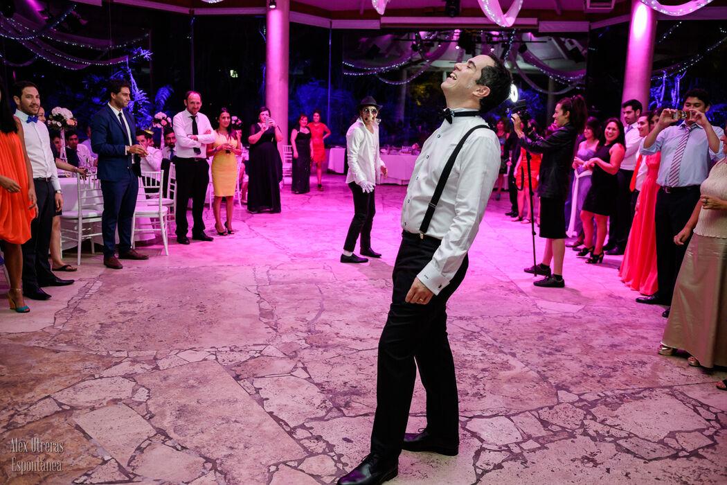 Osvaldo intentando seguirle los pasos al bailarín