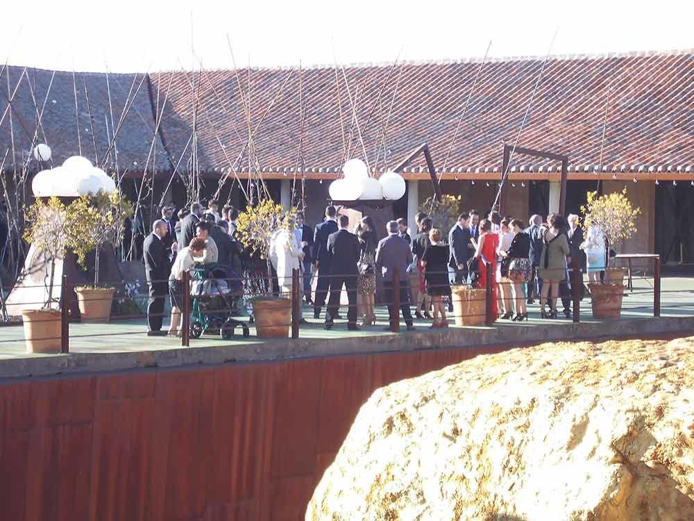 Invitados fuera del museo antes de la ceremonia